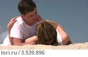 Купить «Пара разговаривает лежа на песке», видеоролик № 3539896, снято 29 июня 2009 г. (c) Losevsky Pavel / Фотобанк Лори