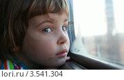 Купить «Девочка смотрит в окно движущегося поезда», видеоролик № 3541304, снято 13 августа 2009 г. (c) Losevsky Pavel / Фотобанк Лори
