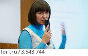 Купить «Молодая женщина крупным планом с микрофоном в руках выступает на конференции», видеоролик № 3543744, снято 26 ноября 2009 г. (c) Losevsky Pavel / Фотобанк Лори