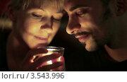 Купить «Мужчина и женщина задуают свечу», видеоролик № 3543996, снято 27 октября 2009 г. (c) Losevsky Pavel / Фотобанк Лори