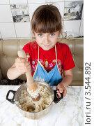 Купить «Девочка на кухне толчет вареную картошку. Вид сверху», фото № 3544892, снято 24 мая 2012 г. (c) Ольга Денисова / Фотобанк Лори