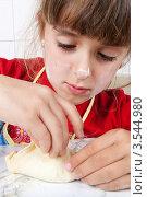 Купить «Маленькая девочка лепит пирожок», фото № 3544980, снято 24 мая 2012 г. (c) Ольга Денисова / Фотобанк Лори