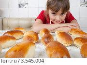 Купить «Девочка и пирожки крупным планом», фото № 3545004, снято 24 мая 2012 г. (c) Ольга Денисова / Фотобанк Лори
