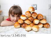 Купить «Девочка сложила гору из пирожков», фото № 3545016, снято 24 мая 2012 г. (c) Ольга Денисова / Фотобанк Лори