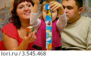 Купить «Маленькая девочка с родителями играют в кубики», видеоролик № 3545468, снято 17 ноября 2009 г. (c) Losevsky Pavel / Фотобанк Лори