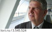 Купить «Пожилой мужчина в костюме движется на эскалаторе», видеоролик № 3545524, снято 7 ноября 2009 г. (c) Losevsky Pavel / Фотобанк Лори