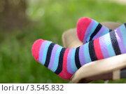 Детские ножки в ярких полосатых носках. Стоковое фото, фотограф Денис Омельченко / Фотобанк Лори