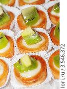 Купить «Пирожные с киви», фото № 3546372, снято 21 апреля 2012 г. (c) BestPhotoStudio / Фотобанк Лори