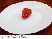 Клубника на белой тарелке. Стоковое фото, фотограф Денис Омельченко / Фотобанк Лори