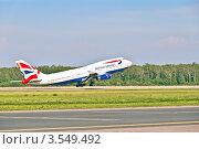 Самолет Boeing 747-400 английской национальной авиакомпании British Airways взлетает в московском аэропорту Домодедово (2012 год). Редакционное фото, фотограф Владимир Сергеев / Фотобанк Лори
