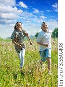 Купить «Бегущие  по полю  мальчик  и  девочка», фото № 3550408, снято 30 мая 2011 г. (c) Яков Филимонов / Фотобанк Лори