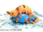 Копилка на фоне денег. Стоковое фото, фотограф Попова Ольга / Фотобанк Лори