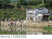 Купить «Туристы на берегу озера. Линьфэнь, Китай», фото № 3553032, снято 6 мая 2012 г. (c) Валерий Шанин / Фотобанк Лори