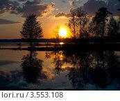 Купить «Закат на лесном озере», фото № 3553108, снято 4 июля 2020 г. (c) Алексей Кокоулин / Фотобанк Лори
