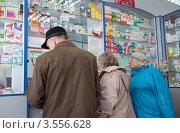 Пожилые люди у витрины аптеки (2012 год). Редакционное фото, фотограф Вячеслав Палес / Фотобанк Лори