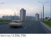 Авто мчится по дороге в городе. Стоковое фото, фотограф Юрий Горид / Фотобанк Лори