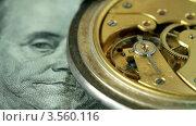 Купить «Серебряные карманные часы лежат на сто долларовой купюре с работающим маятником», видеоролик № 3560116, снято 19 мая 2012 г. (c) ILLYCH / Фотобанк Лори