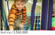 Купить «Мальчик ползет по подвесному мосту в игровой комнате», видеоролик № 3560880, снято 16 апреля 2009 г. (c) Losevsky Pavel / Фотобанк Лори