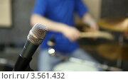Купить «Барабанщик играет на ударной установке на фоне микрофона», видеоролик № 3561432, снято 21 ноября 2009 г. (c) Losevsky Pavel / Фотобанк Лори