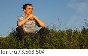 Купить «Молодой человек сидит на траве в парке и глубоко дышит», видеоролик № 3563504, снято 19 января 2010 г. (c) Losevsky Pavel / Фотобанк Лори