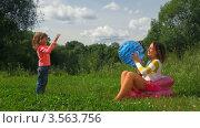 Купить «Мать и дочь играют с мячом на природе», видеоролик № 3563756, снято 4 февраля 2010 г. (c) Losevsky Pavel / Фотобанк Лори