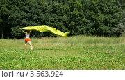 Купить «Женщина бежит  с желтым шелковым полотном по поляне», видеоролик № 3563924, снято 3 февраля 2010 г. (c) Losevsky Pavel / Фотобанк Лори