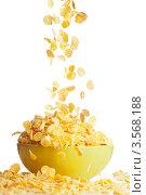 Купить «Кукурузные хлопья сыпятся в миску», фото № 3568188, снято 25 марта 2012 г. (c) Сергей Новиков / Фотобанк Лори