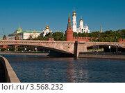 Вид на Большой Москворецкий мост и Кремль с Раушской набережной (2012 год). Редакционное фото, фотограф Сергей Родин / Фотобанк Лори
