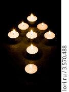 Купить «Стрела из горящих свечей на темном фоне», фото № 3570488, снято 18 декабря 2007 г. (c) Дмитрий Наумов / Фотобанк Лори