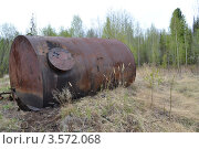 Заброшенная нефтяная бочка. Стоковое фото, фотограф Андрей Доможиров / Фотобанк Лори