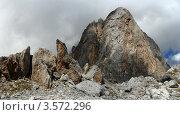 Скала на фоне облачного неба. Стоковое фото, фотограф Владимир Алексеев / Фотобанк Лори