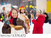 Женщина с блинами на праздновании Масленицы. Стоковое фото, фотограф Яков Филимонов / Фотобанк Лори