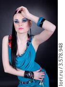 Портрет модной девушки с синим макияжем и платье. Стоковое фото, фотограф Верстова Арина / Фотобанк Лори