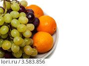 Виноград и апельсины на тарелке. Стоковое фото, фотограф Верстова Арина / Фотобанк Лори
