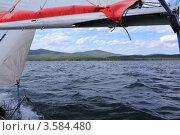 Вид на озеро Тургояк из-под гика прогулочной яхты. Стоковое фото, фотограф Павел / Фотобанк Лори