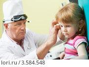 Купить «Доктор осматривает ухо маленькой девочке», фото № 3584548, снято 10 июня 2012 г. (c) Дмитрий Калиновский / Фотобанк Лори