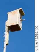 Домик для птиц на фоне неба. Скворечник. Стоковое фото, фотограф Сергей / Фотобанк Лори