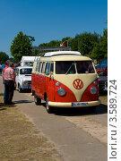 Купить «Микроавтобус Volkswagen Transporter, T2 - Type 2. Олдтаймер шоу. Паарен им Глин. Германия», фото № 3589724, снято 26 мая 2012 г. (c) Sergey Kohl / Фотобанк Лори