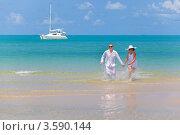 Счастливая молодая пара на фоне моря и яхты. Стоковое фото, фотограф Евгений Ковылин / Фотобанк Лори
