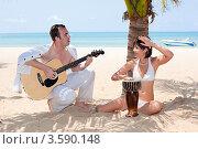 Влюбленная пара на пляже с гитарой и барабаном. Стоковое фото, фотограф Евгений Ковылин / Фотобанк Лори
