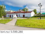 Купить «Старинное здание в городе Добрянка. Пермский край», фото № 3590280, снято 11 июня 2012 г. (c) Андрей Щекалев (AndreyPS) / Фотобанк Лори