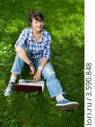 Купить «Привлекательная девушка с ноутбуком в парке», фото № 3590848, снято 25 июля 2008 г. (c) Владимир Целищев / Фотобанк Лори