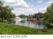 Купить «Судно Зодиак на Верхнем Кузьминском пруду подплывает к Дому на плотине», эксклюзивное фото № 3591676, снято 27 мая 2012 г. (c) Родион Власов / Фотобанк Лори