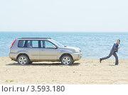 Купить «Бизнесмен бежит от автомобиля по пляжу», фото № 3593180, снято 12 мая 2012 г. (c) Elnur / Фотобанк Лори