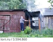 Мужчина тушит пожар (2012 год). Редакционное фото, фотограф Юрий Горид / Фотобанк Лори
