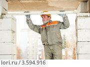 Купить «Мужчина в рабочей спецодежде с уровнем в руках», фото № 3594916, снято 17 ноября 2011 г. (c) Дмитрий Калиновский / Фотобанк Лори
