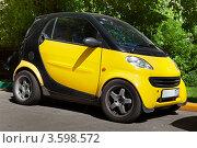 Купить «Компактный автомобиль Smart City Coupe желтого цвета», фото № 3598572, снято 24 мая 2012 г. (c) Родион Власов / Фотобанк Лори