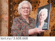 Пожилая женщина держит свой портрет. Стоковое фото, фотограф Константин Гуща / Фотобанк Лори
