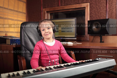 Купить «Девочка учится играть на синтезаторе в профессиональной студии», фото № 3610408, снято 27 мая 2012 г. (c) Игорь Долгов / Фотобанк Лори