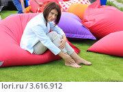 Девушка отдыхает в кресле-подушке. Устали ноги. Стоковое фото, фотограф Надежда Глазова / Фотобанк Лори